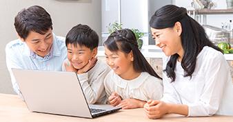パソコンを眺める家族