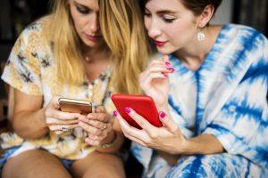 携帯電話料金は本当に高すぎるのか?光回線とのセットを利用すれば案外安い